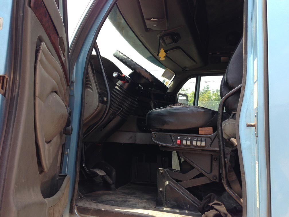Kiểm tra kĩ nội thất cũng là cách chọn mua xe tải cũ tốt